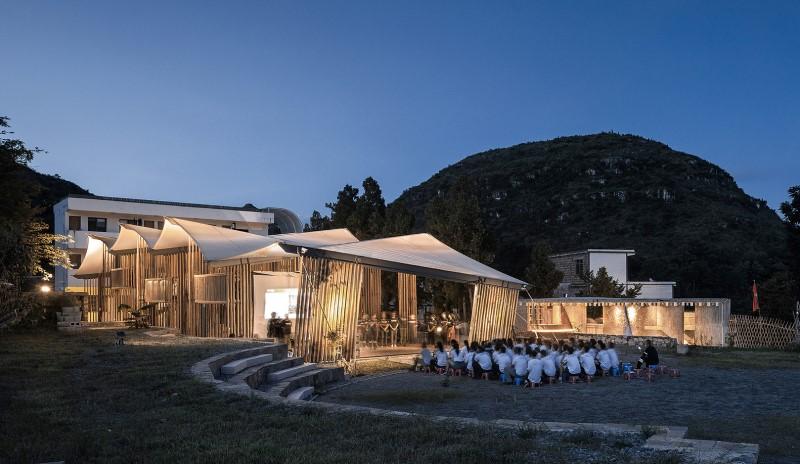 Piedra y bambú para modelar un campamento sostenible en la China rural
