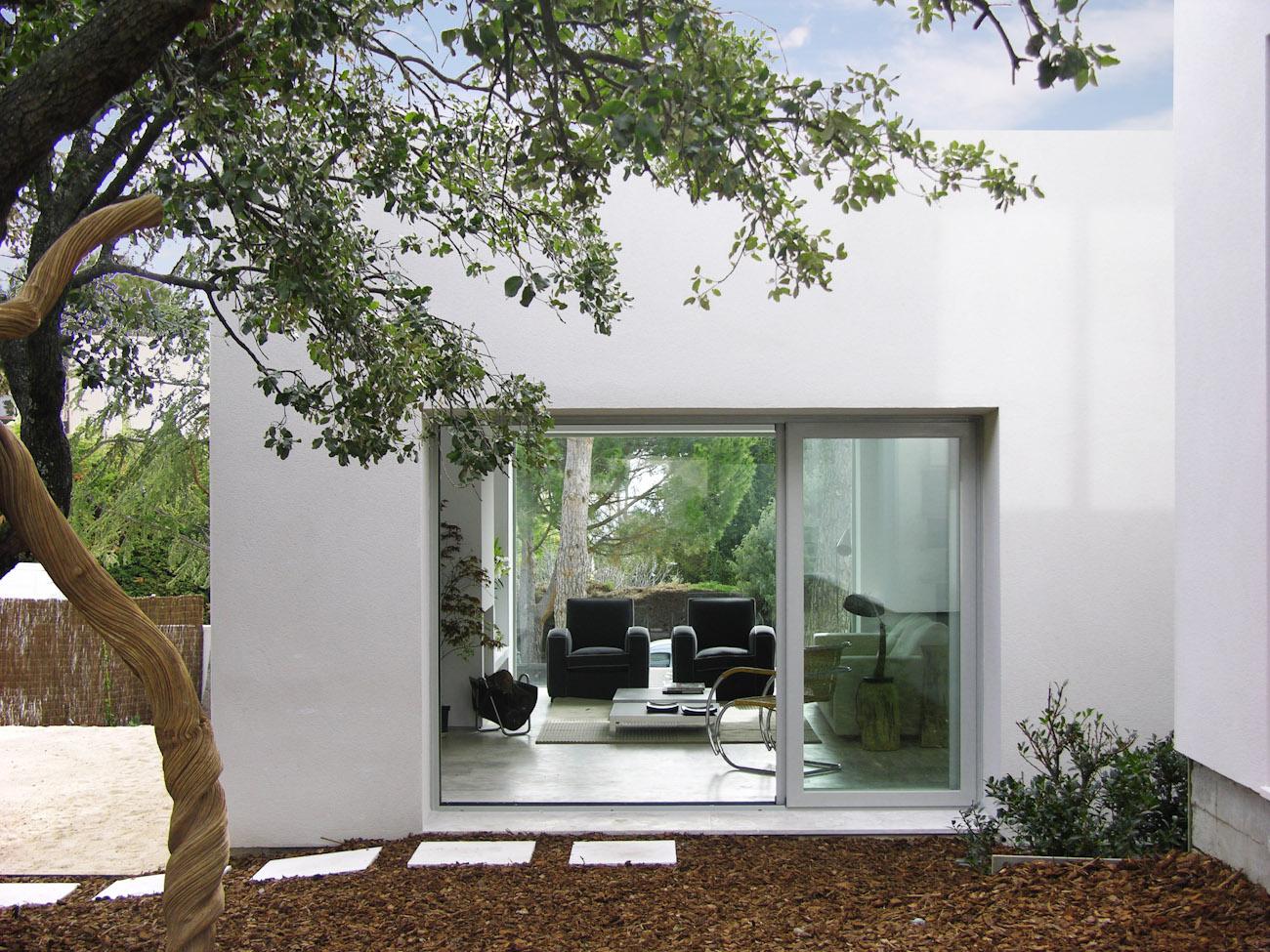 vista desde el jardín interior de un salón de una casa ÁBATON
