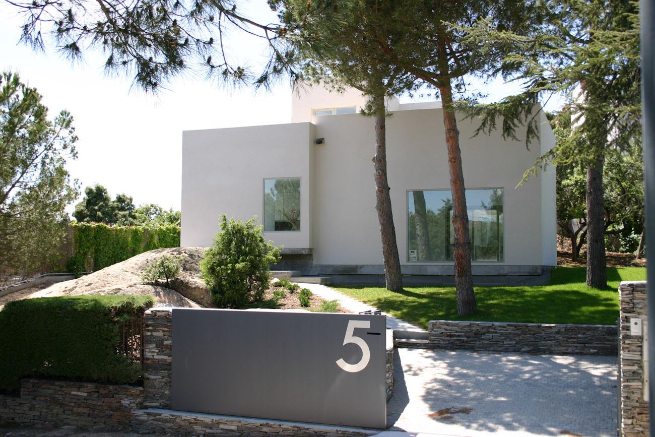 vista frontal de una vivienda aislada del estudio ÁBATON