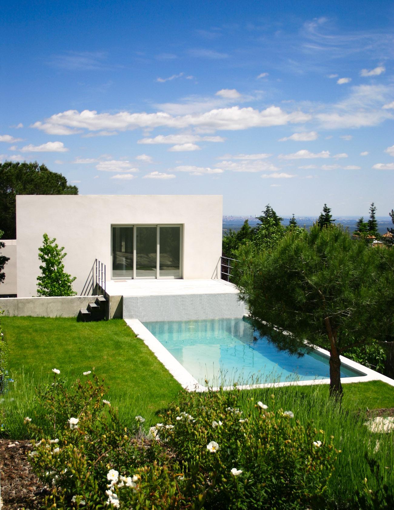 vista de una casa ÁBATON con su jardín y piscina