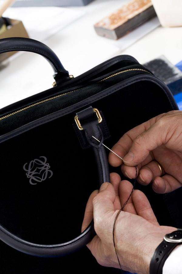 Confección-de-un-bolso-Amazona-en-los-talleres-de-Loewe-600x900
