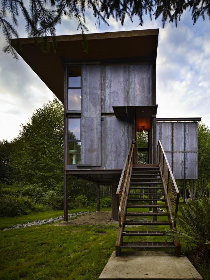 olson-kundig-sol-duc-cabin-in-washington-front-entry-stair-gardenista