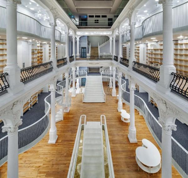"""""""Carrusel de luz"""", una increíble librería en el centro de Bucarest"""