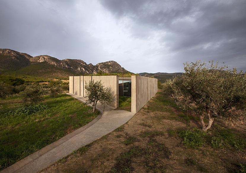 Residencia en Megara por Tense Architecture. Intimidad triangular