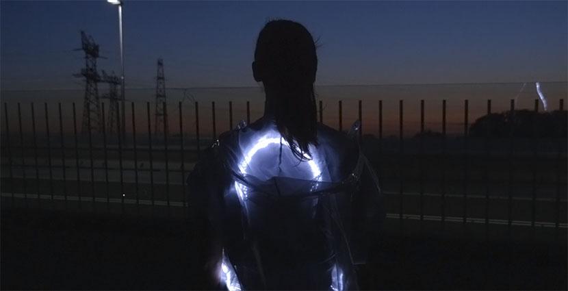 La moda reflectante de Pauline van Dongen para corredores nocturnos