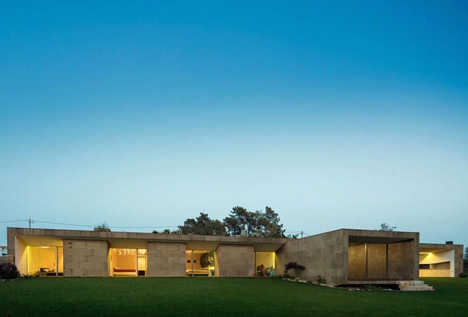 Hill Cork House, un hábil ejercicio de mimetismo en el litoral portugués