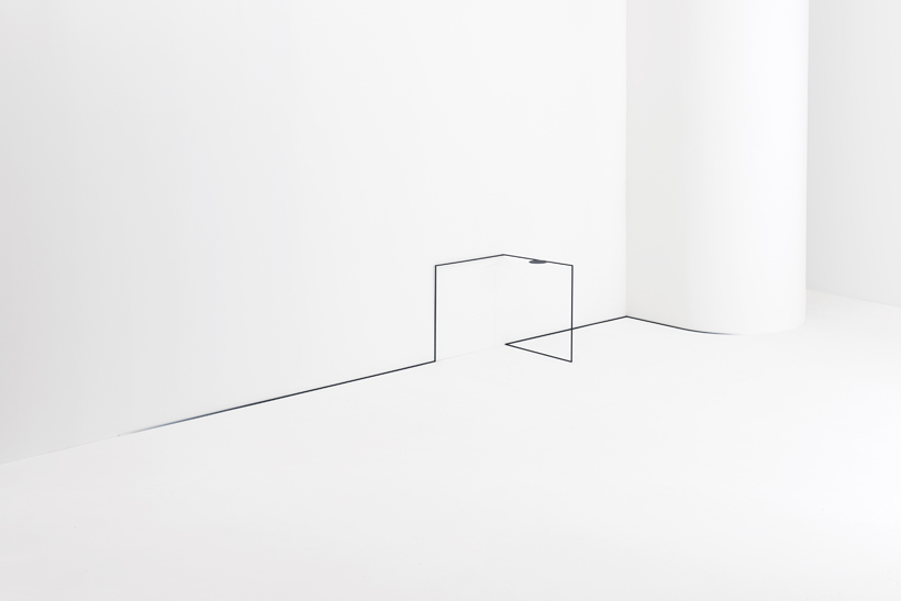 Nendo reinventa el espacio con mesas que abrazan sus contornos