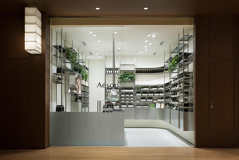 Vendiendo cosméticos en un laboratorio
