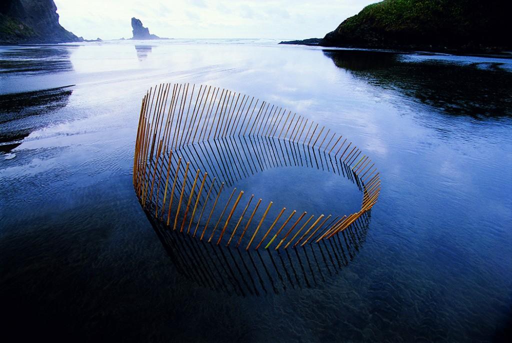 Martin Hill escultura circulo emergiendo del lago