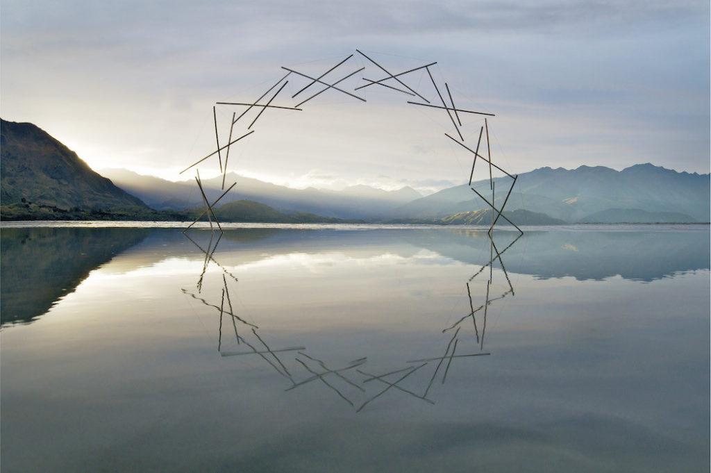 Martin Hill escultura Sinergy en el lago