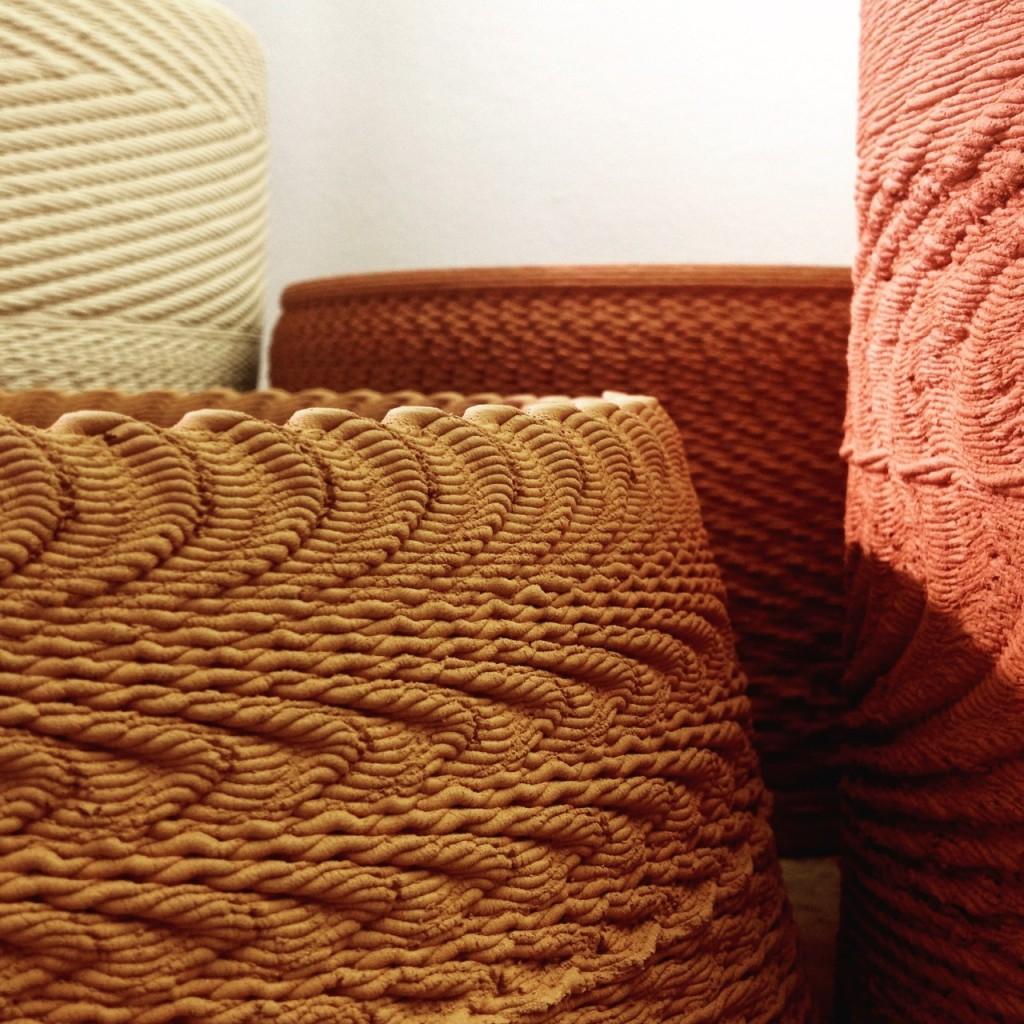 Detalle de varios jarrones en tonos ocres impresos en 3d