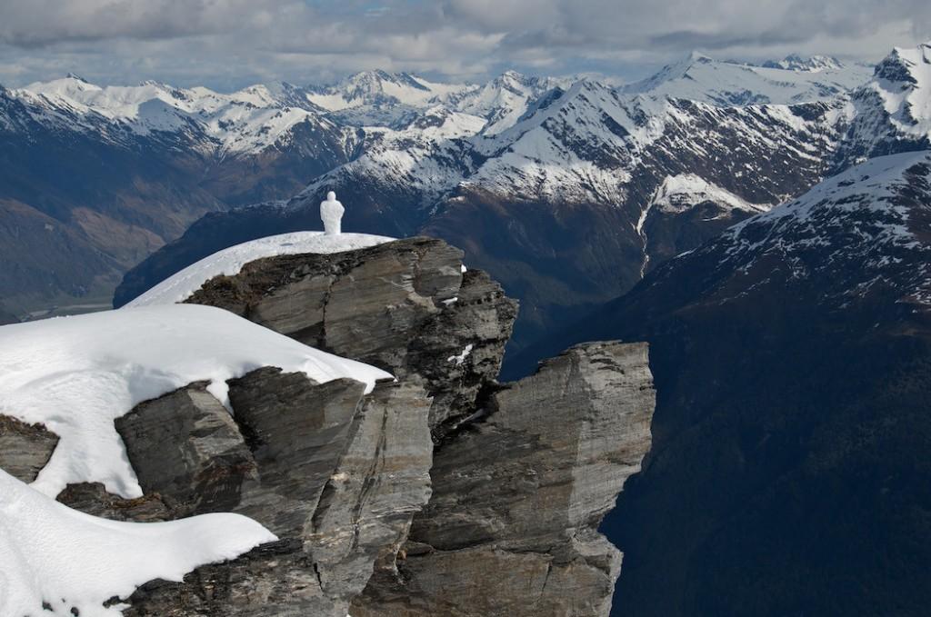 Escultura antropomorfa de hielo en alta montaña de martin hill