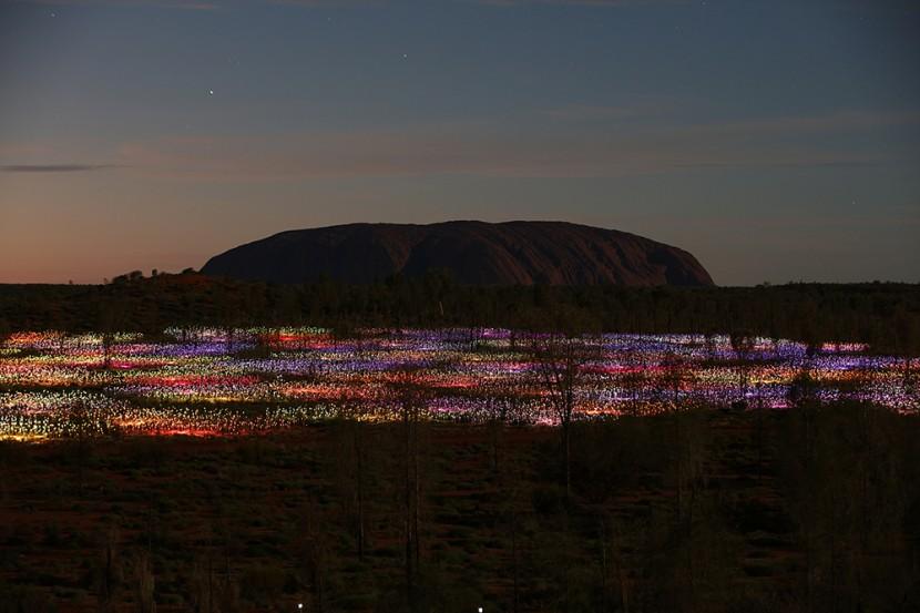 Monolito de Uluru al fondo de la instalación lumínica