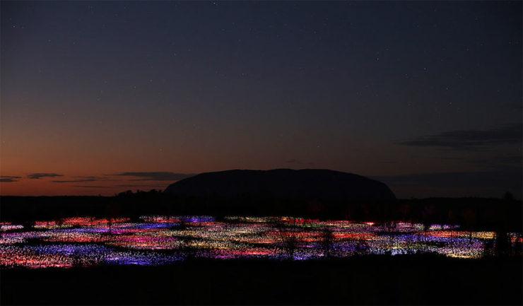 Vista panorámica de instalacion luminica de Bruce Munru en Uluru, Australia