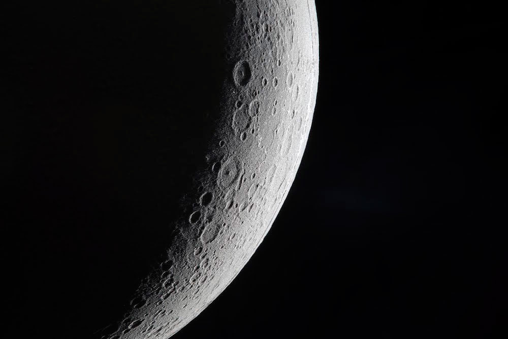 Detalle de la luna del proyecto de oscar lhermitte