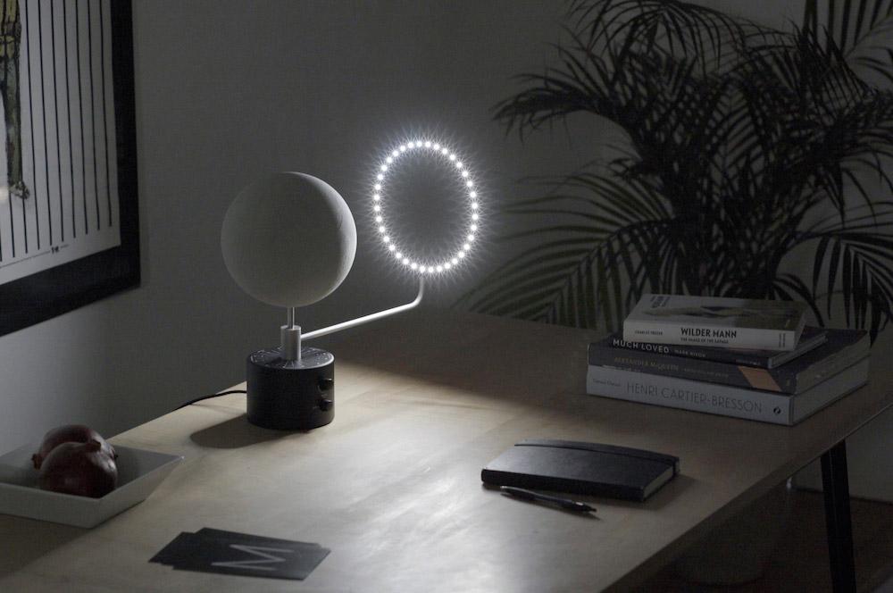 Detalle del proyecto moon sobre escritorio.