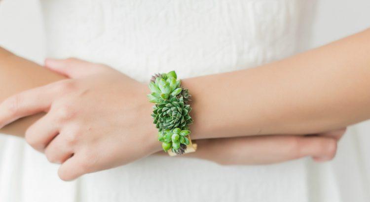 Detalle brazalete hecho de plantas vivas