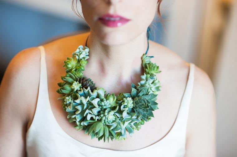 detalle del collar hecho a base de plantas vivas