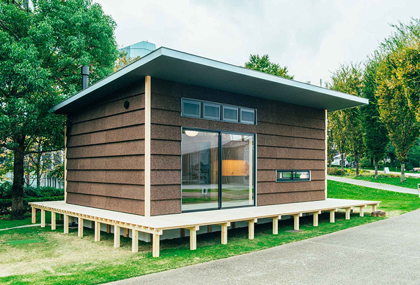 Vista exterior de la cabaña con paneles de corcho de Jasper Morrison