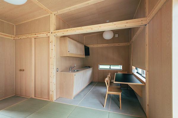 Detalle de la cocina, cabaña de corcho con interior en madera