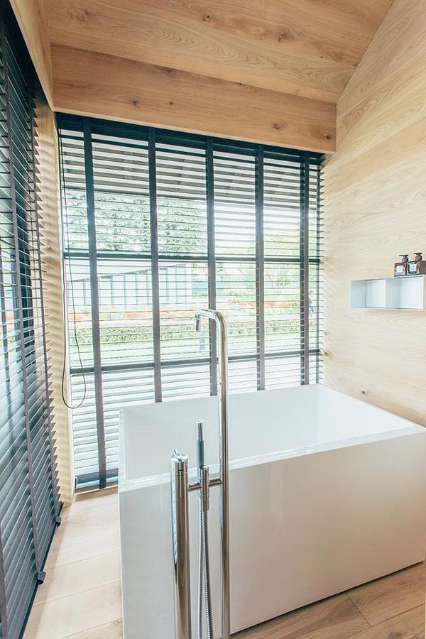 Vista del baño de la cabaña de madera de Naoto Fukasawa