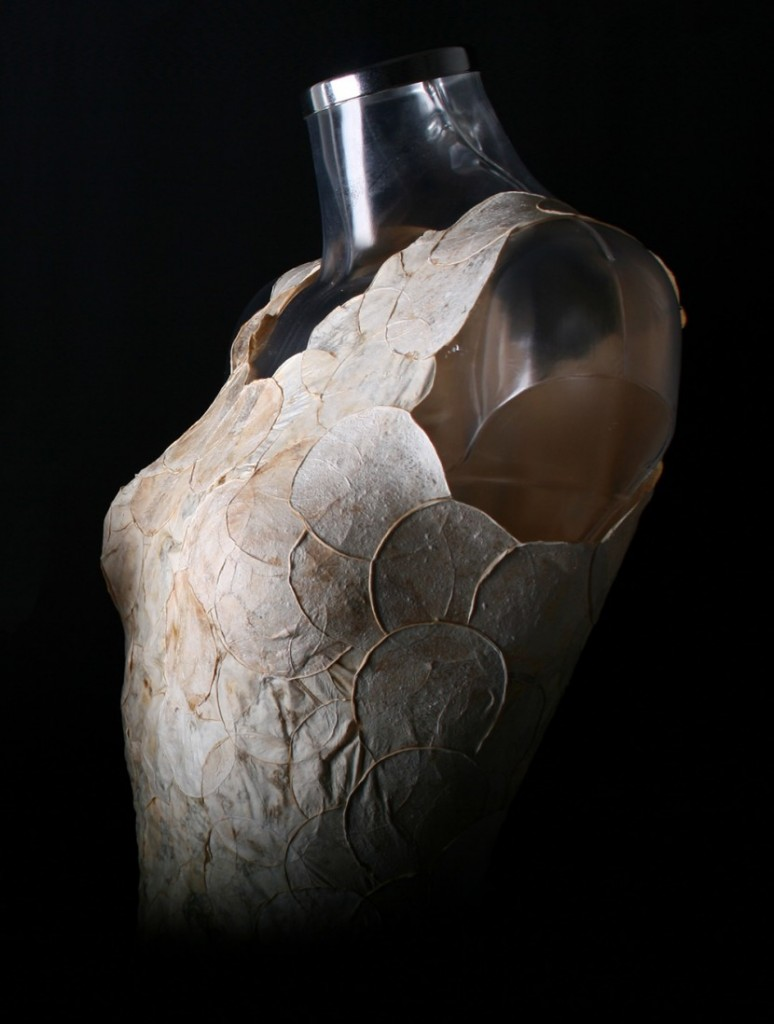 detalle del vestido con capas superpuestas de tejido de micelios