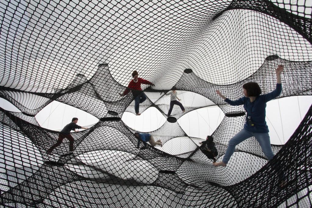 Instalación de cuerda suspendida en Yokohama
