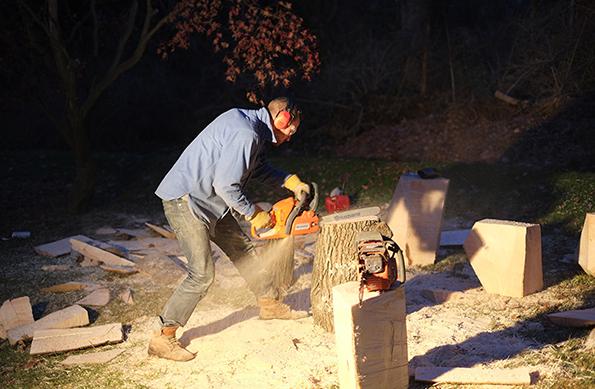 los creadores cortando arboles con motosierra