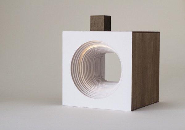 Detalle de la lámpara con el cubo superior
