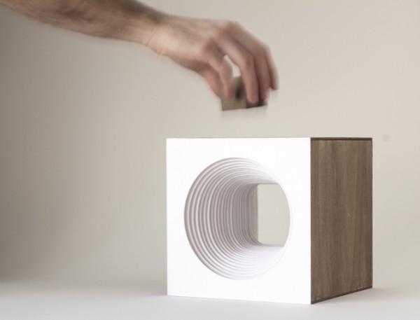 Detalle del cubo pequeño de madera que enciende la lámpara