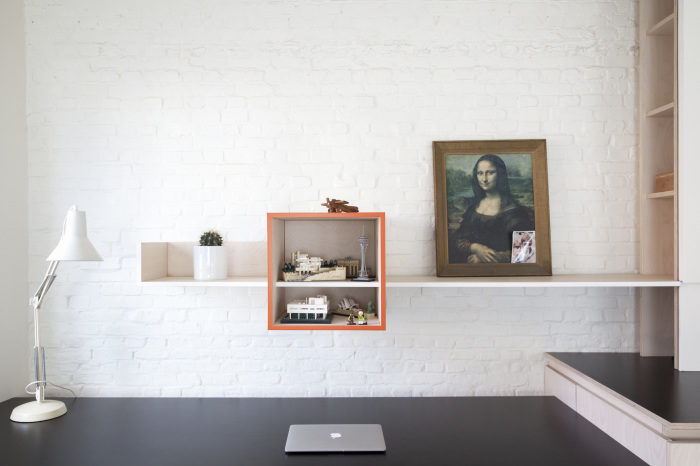 Escritorio de trabajo con doble estantería panelada