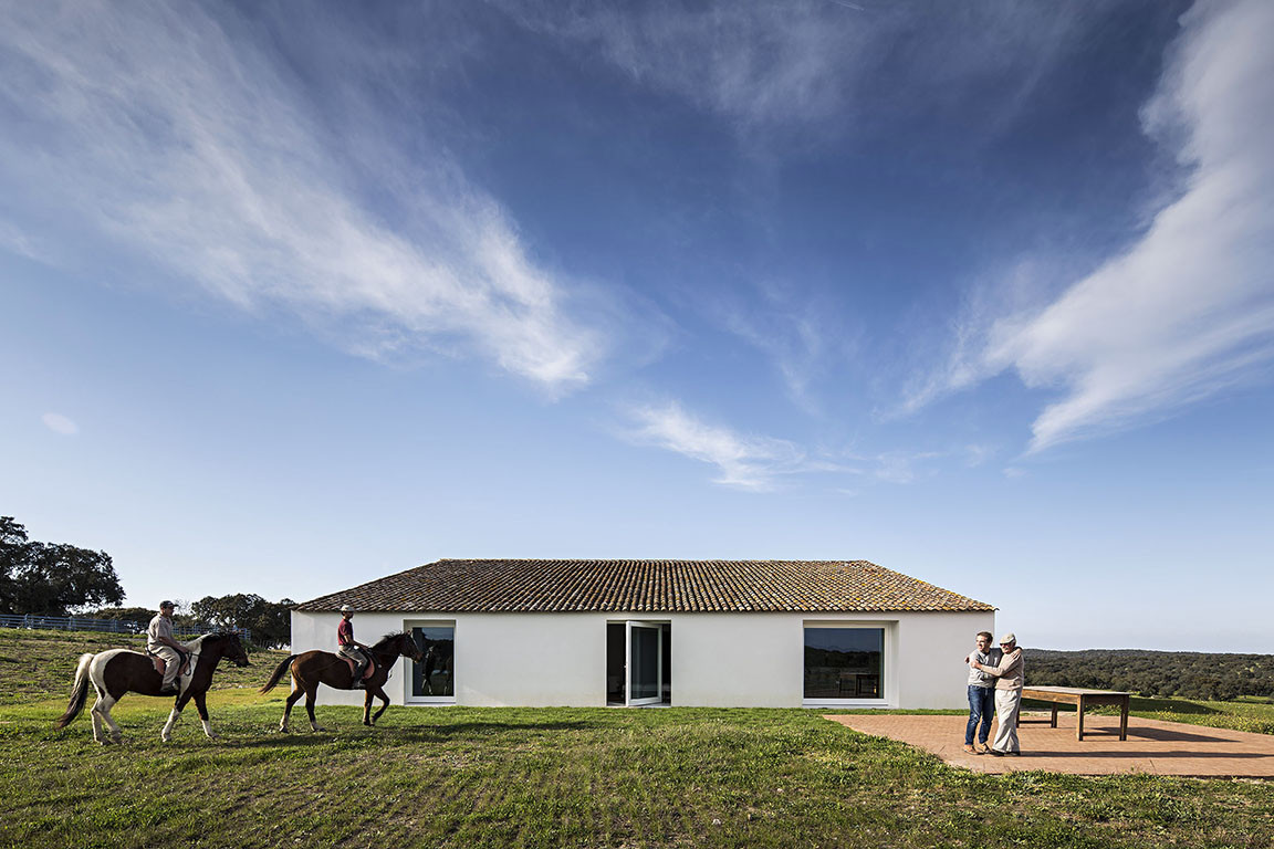 Casa no Tempo revitaliza la casa de labranza tradicional