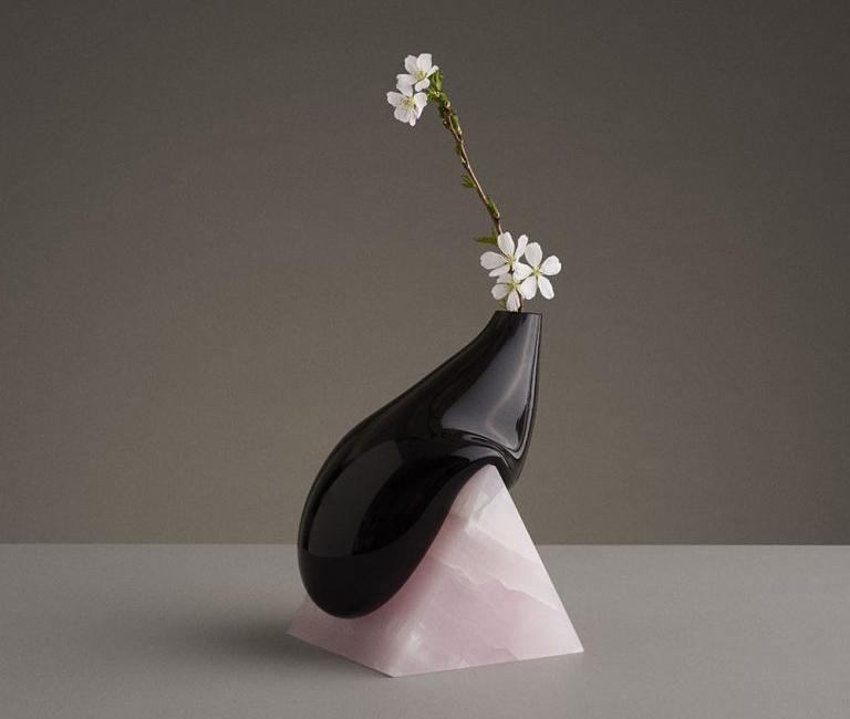 floreros deformados de vidrio soplado y piedra cortada