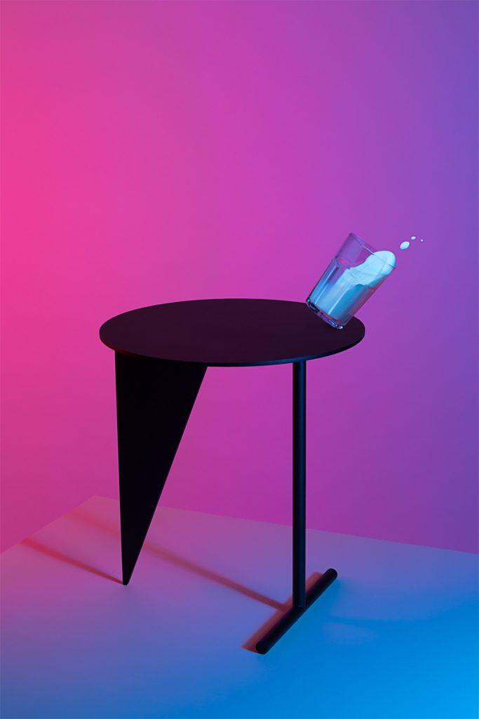mesa estabile con pata en forma de triángulo invertido
