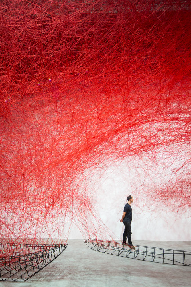 Uncertain journey por Chiharu Shiota