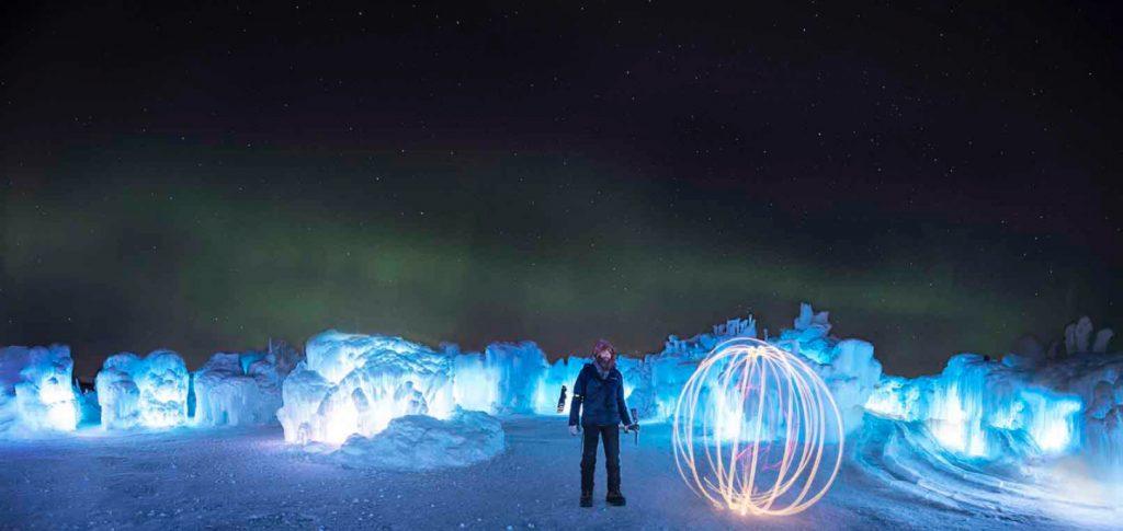 Detalle de los ice castles por la noche de diciembre a marzo
