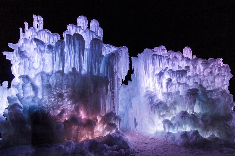 Detalle del hielo invernal a bajas temperaturas con luz led