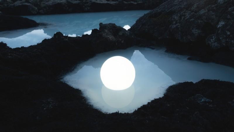 Esfera lumínica flotando en el agua