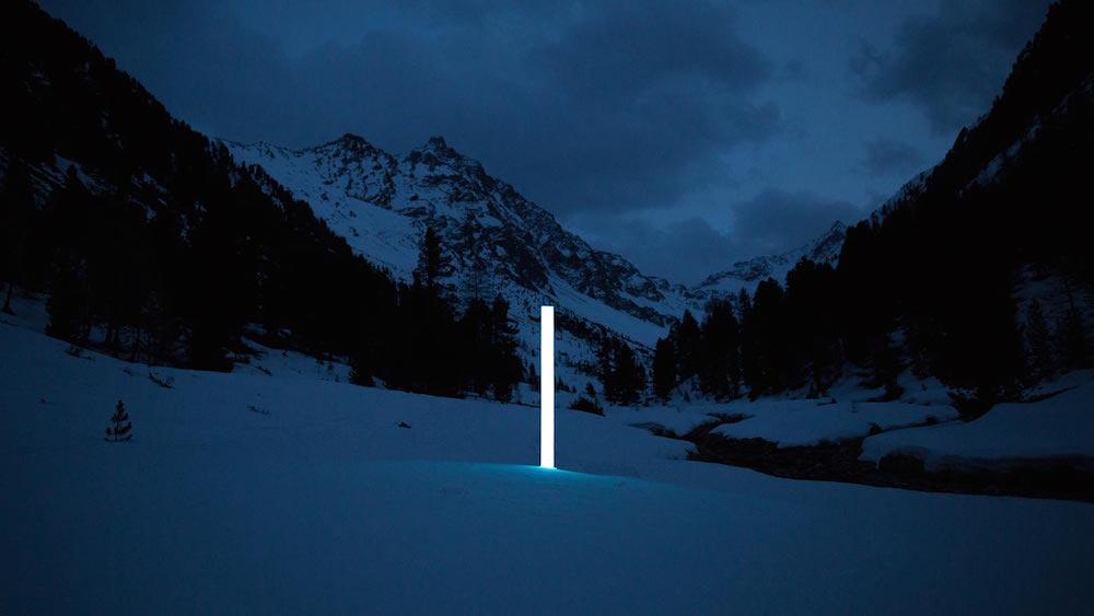 Instalación lumínica en la oscuridad