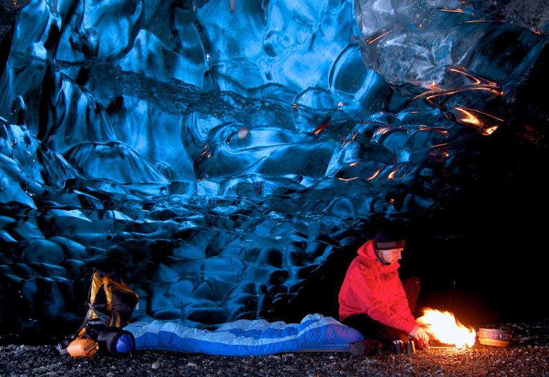 Cueva de hielo situada en la laguna congelada del glaciar Svínafellsjökull