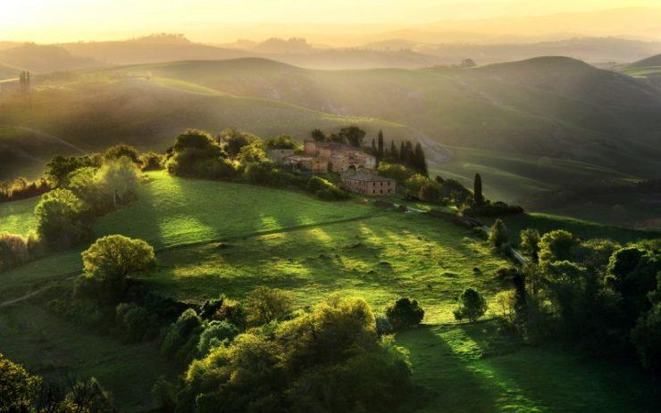 Soleado paisaje de la Toscana
