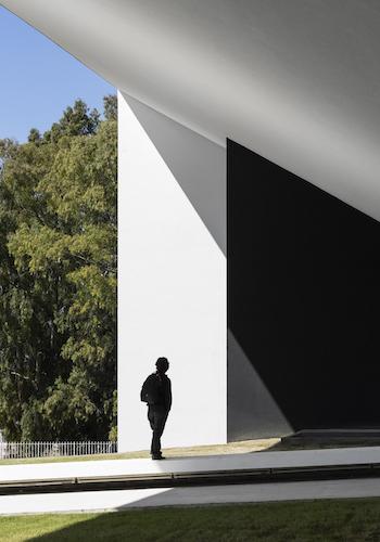 Un pórtico gigantesco recibe a los universitarios en Beja