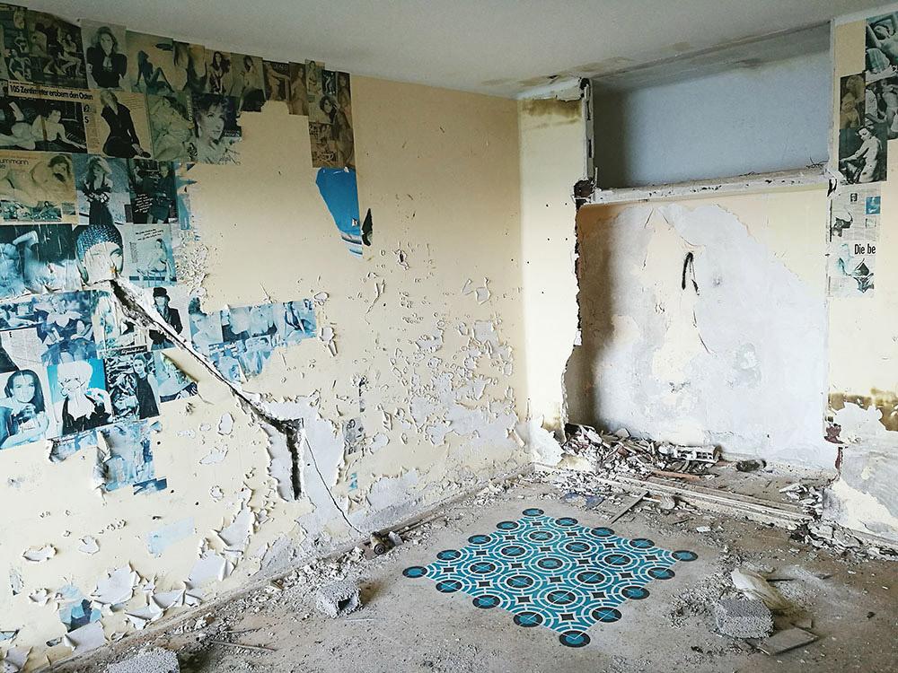 Detalle de falsas baldosas en espacio degradado de Javier de Riba