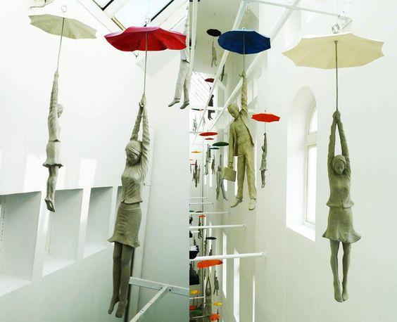 Esculturas de poliester en la instalación de Praga