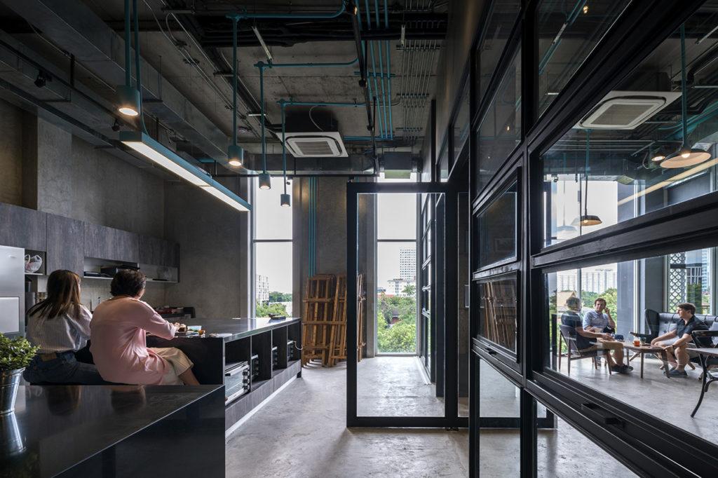 salas de reunión acristaladas del centro de coworking hubba-to