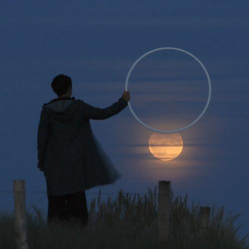 La luna pasando por el aro en un improvisado número circense serie moon games