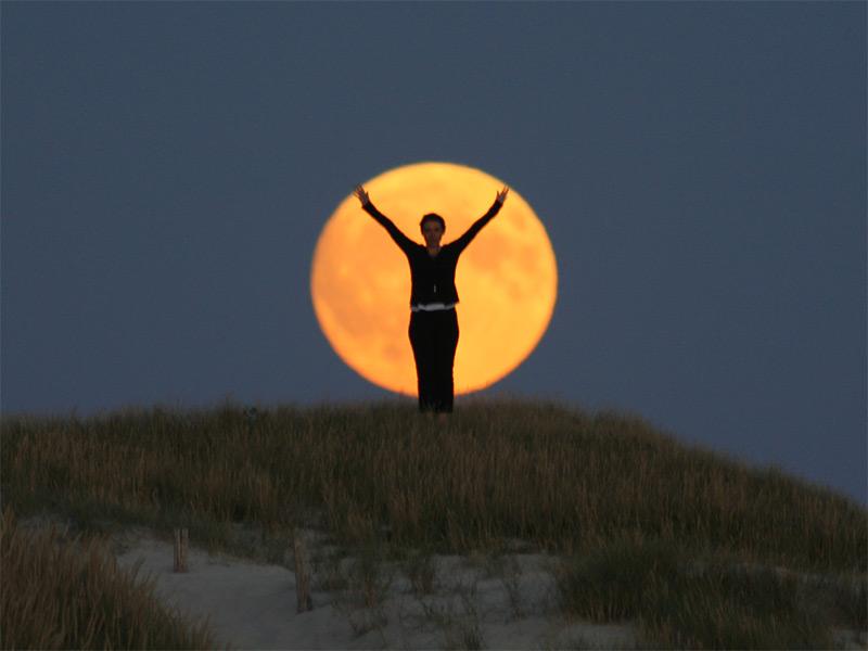 Fotografía de la serie «Moon Games» la luna deja de ser algo inalcanzable
