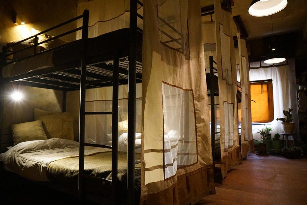 Detalle habitación de literas decorada como un cuartel