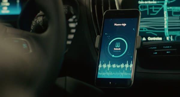 Aplicación móvil que va registrando los sonidos, las luces y los movimientos del coche