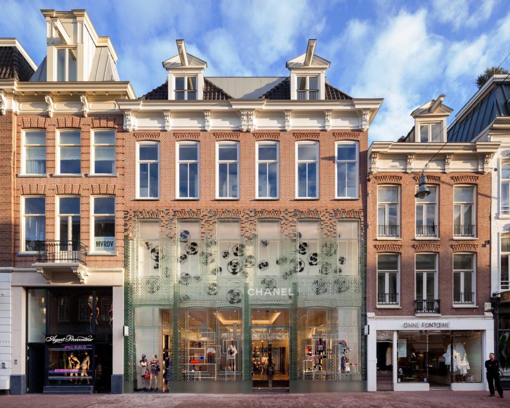 Chanel Ámsterdam recibe a sus clientes con ladrillos de cristal